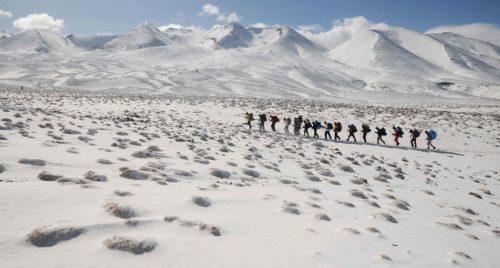 Expédition en montagne enneigée pour les étudiants guides des espaces naturels