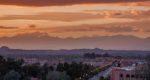 La ville de Ouarzazate au coucher du soleil sur les montagnes du Haut Atlas