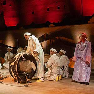 La danse et le chant Ahwach sont l'art traditionnel phare d'Ouarzazate