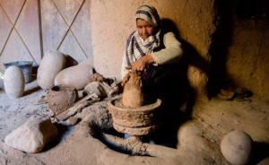 Izza, l'artisane de la terre