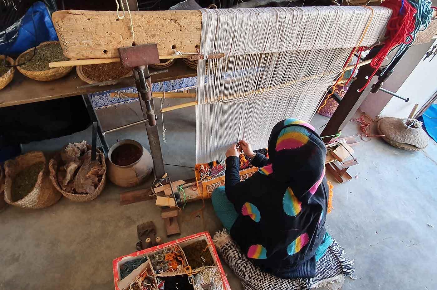 Artisane berbère sur son métier de tissage à Taznenakhte