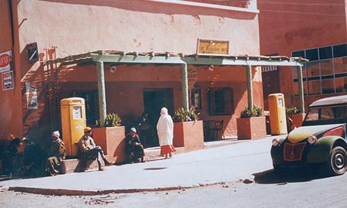 """Le restaurant """"Chez Dimitri"""" au centre d'Ouarzazate dans les années 50"""