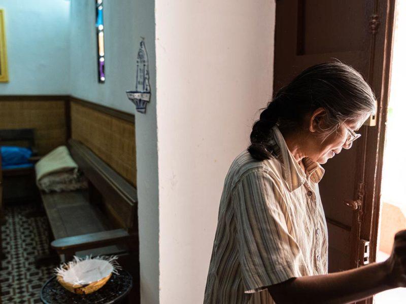Soeur Angela dans l'église de Ouarzazate
