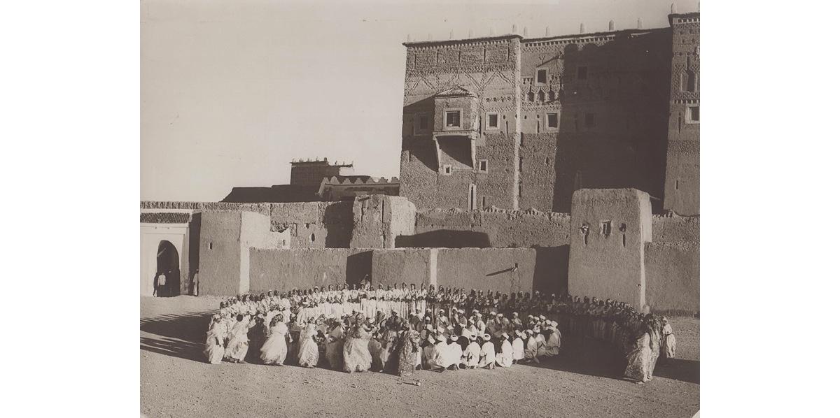 Ahwach devant la kasbah de Taourirte - Source : www.ouarzazate-1928-1956.fr