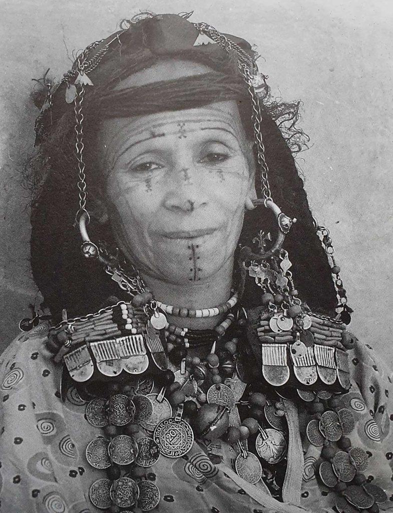 Femme berbère de la communauté des Aït Seddrate dans la vallée du Drâa