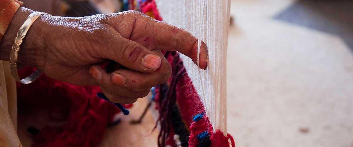 La dextérité des mains des femmes berbères pour le tissage du tapis