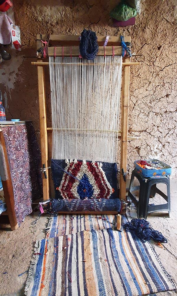 Le tapis berbère sur son métier à tisser