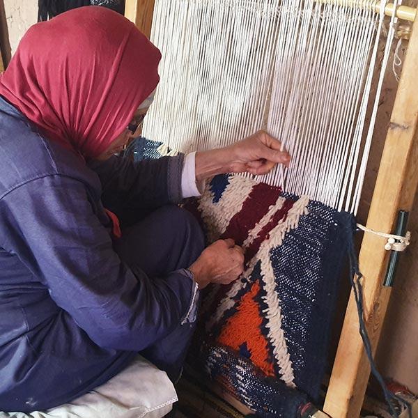 L'agilité de la l'artisane berbère sur son tapis