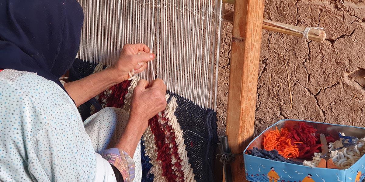 Le travail de fabrication du tapis berbère noué