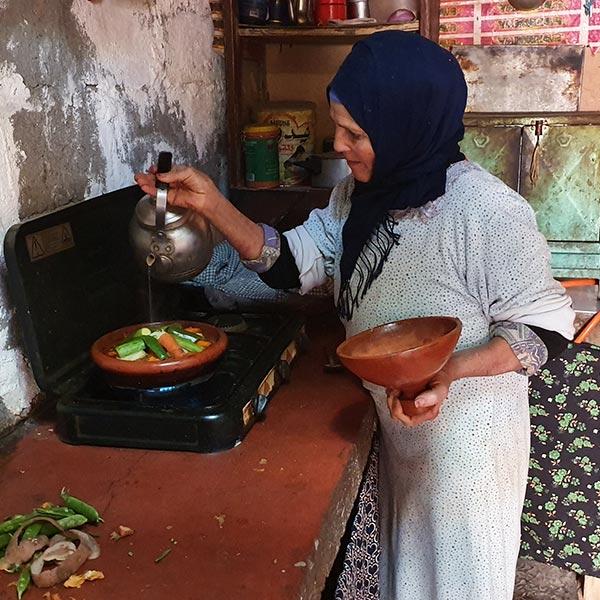 Femme berbère dans sa cuisine