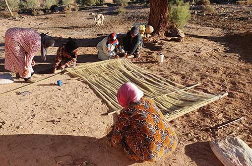 Préparation de la trame d'un tapis berbère