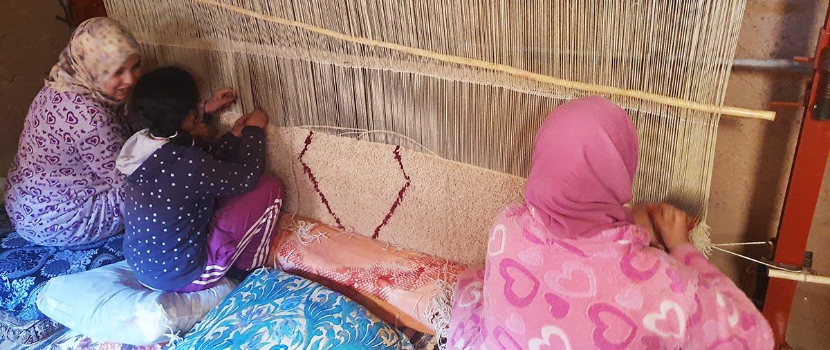 Apprentissage du tissage de tapis berbère de mére à fille
