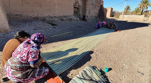 Assembly of the weft of the carpet